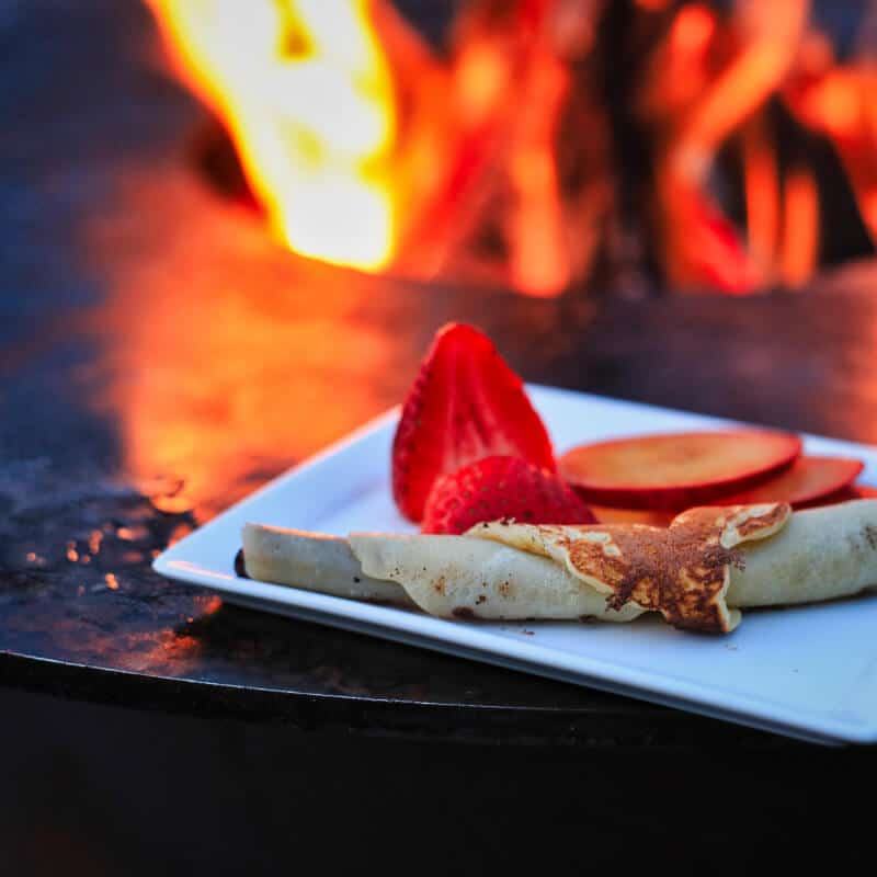 Grillfass aus Corten - Crêpes mit Erdbeeren