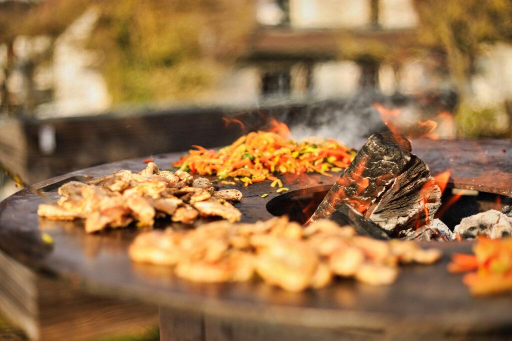 Grillfass mit Plancha - Gemüse und Putenfleisch